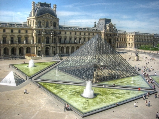 louvre-courtyard-fountain-paris